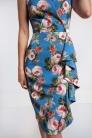 Wąska sukienka w kwiaty z falbaną. Beata Cupriak