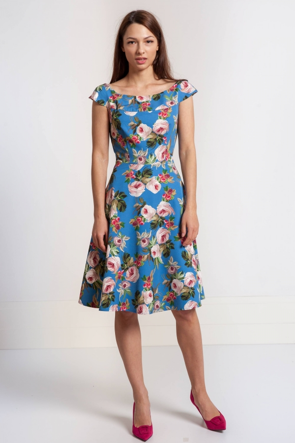 Sukienka w kwiaty z szerokim dekoltem w łódkę. Beata Cupriak