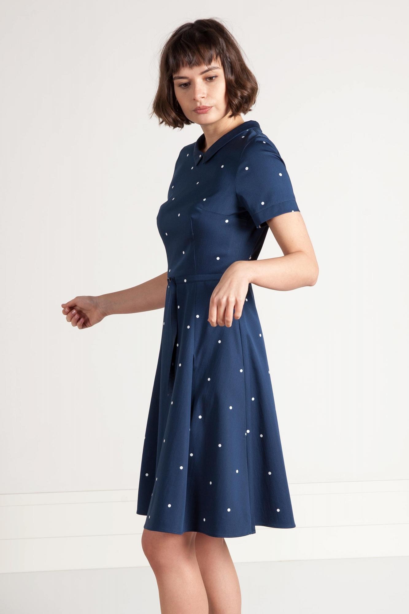 62c823812 Granatowa sukienka w groszki z rękawem i szerszym dołem. Beata Cupriak