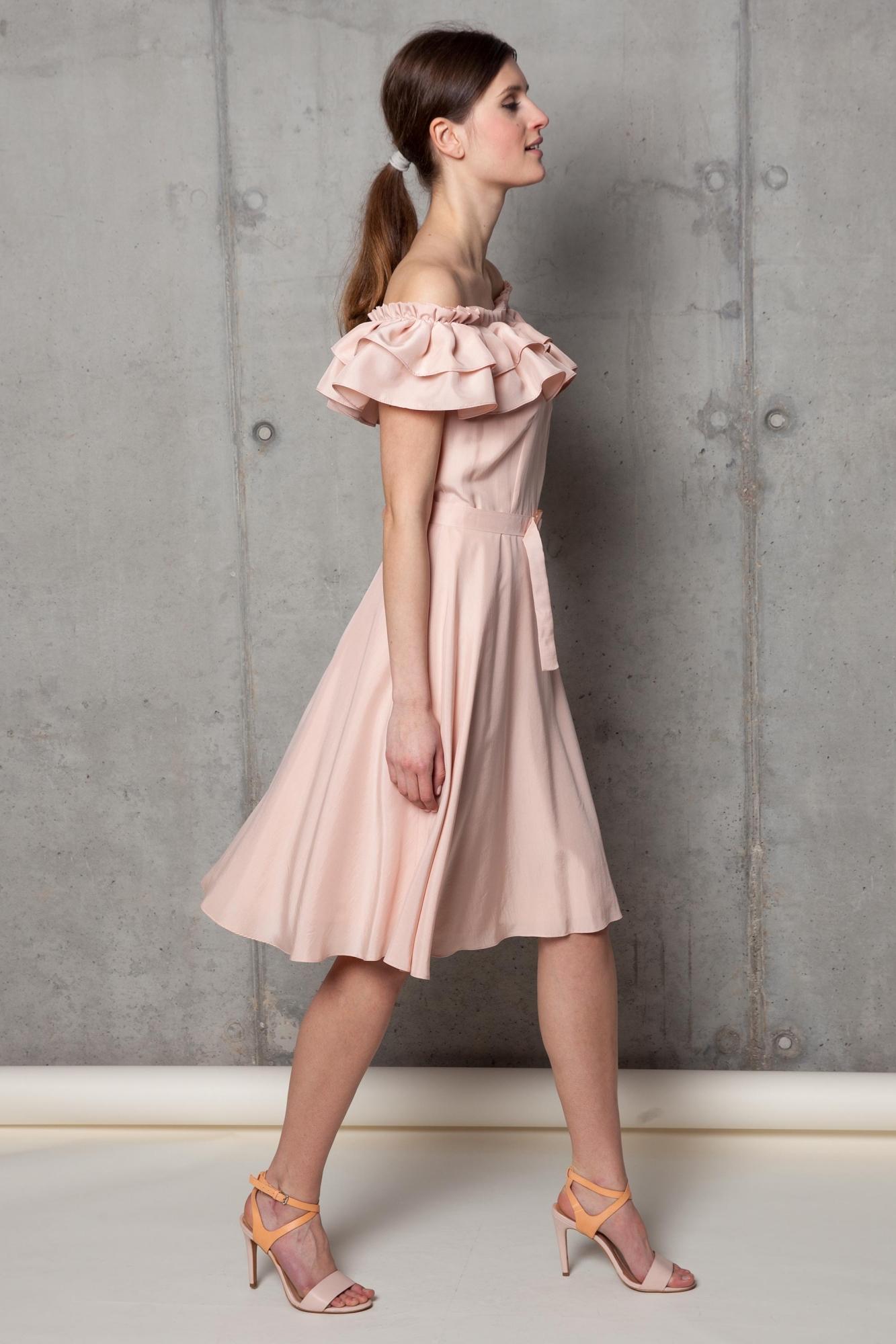 Sukienka jedwabna pudrowo różowa z falbaną na ramionach
