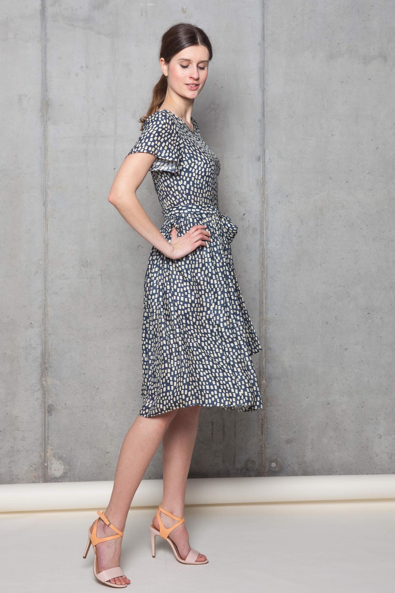 028d25e458 Zwiewna sukienka z jedwabiu z szerokim dołem