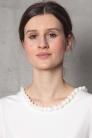 Prosta biała sukienka z dekoltem na plecach. Beata Cupriak. Szycie na miarę, Warszawa