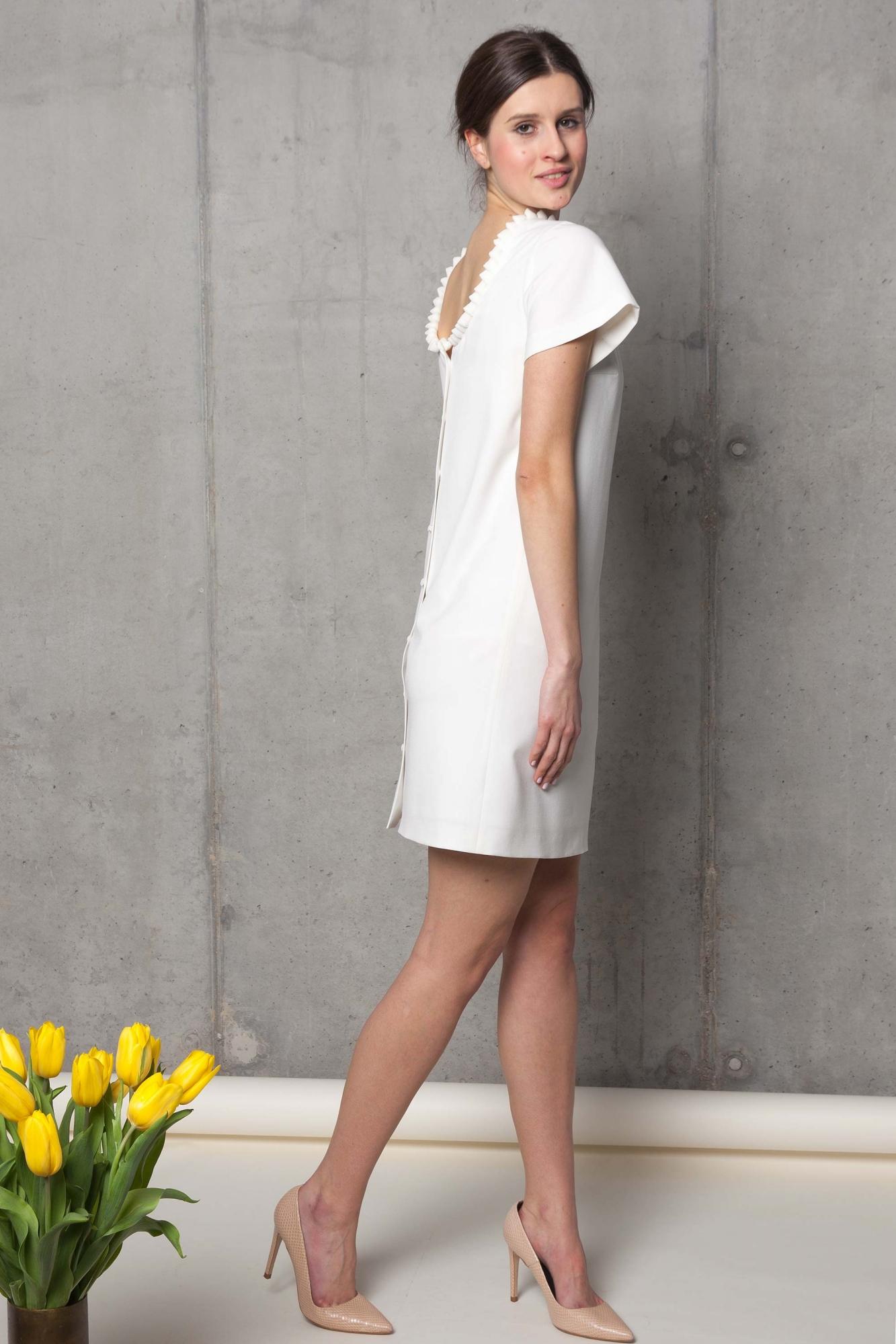 Prosta biała sukienka na ślub z dekoltem na plecach. Beata