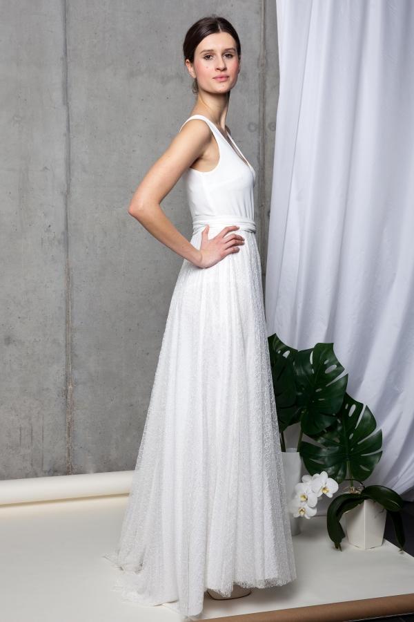 Sukienka do ślubu z dekoltem V i dołem z koronki. Sukienka ślubna na miarę. Beata Cupriak