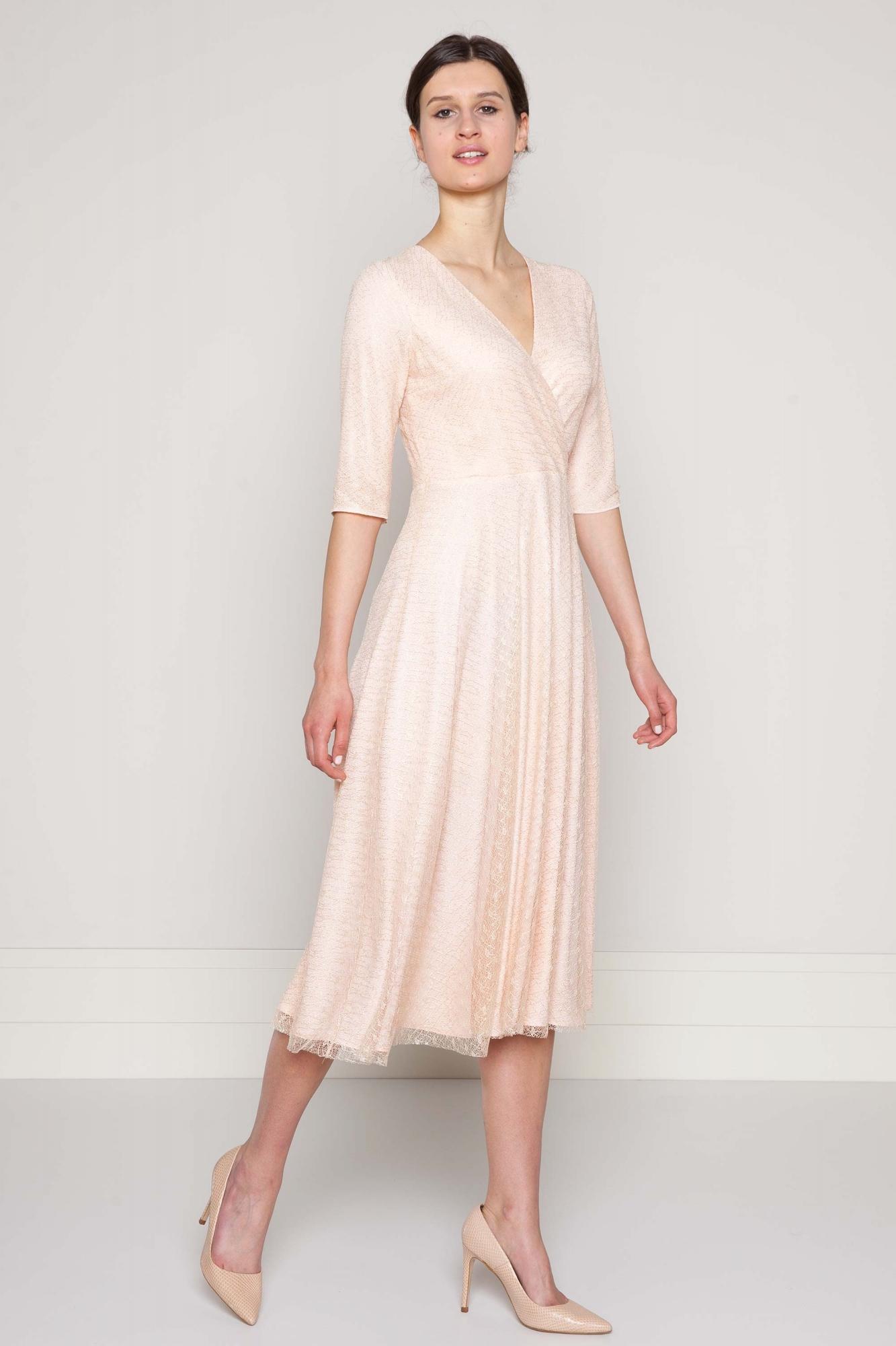 e2e0d4658b30d3 Sukienka różowa z kopertowym dekoltem z ażurowej koronki.Beata Cupriak
