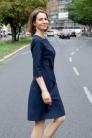 Granatowa sukienka z lamówkami. Beata Cupriak